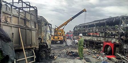 Cận cảnh 2 xe khách tông nhau bốc cháy, 12 người không thể nhận dạng - ảnh 6