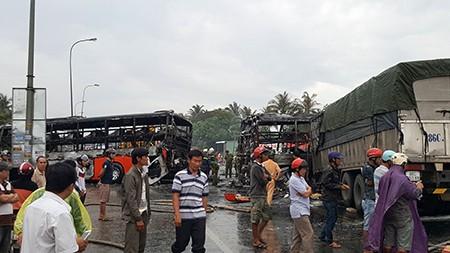 Cận cảnh 2 xe khách tông nhau bốc cháy, 12 người không thể nhận dạng - ảnh 7