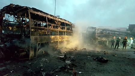 Cận cảnh 2 xe khách tông nhau bốc cháy, 12 người không thể nhận dạng - ảnh 8
