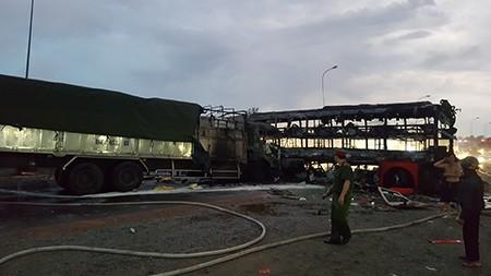 Cận cảnh 2 xe khách tông nhau bốc cháy, 12 người không thể nhận dạng - ảnh 9