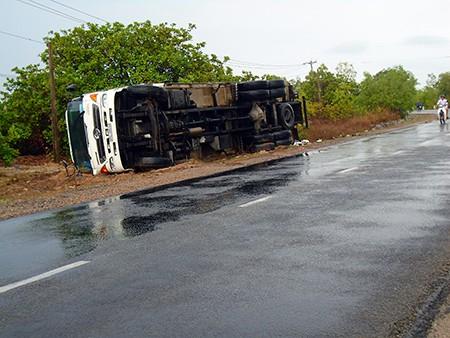 Hai xe tải tông trực diện, lái xe trọng thương - ảnh 2