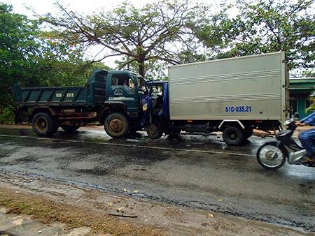 Hai xe tải tông trực diện, lái xe trọng thương - ảnh 1