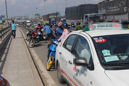 Taxi qua cầu, nam thanh niên bất ngờ tung cửa lao xuống sông - ảnh 1