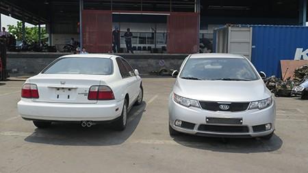 Hai ô tô đã qua sử dụng ngụy trang trong container vải - ảnh 1