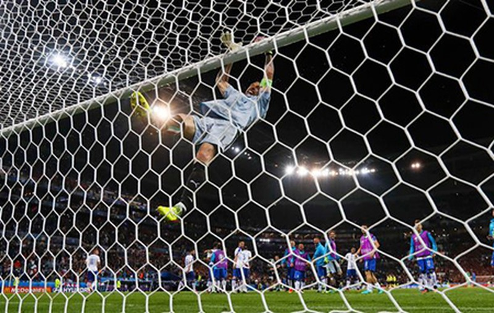Buffon phấn khích đánh đu xà ngang và cú ngã đau điếng - ảnh 2