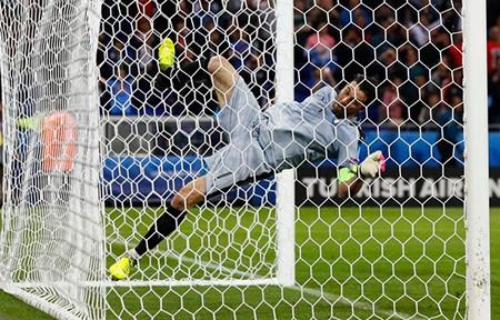 Buffon phấn khích đánh đu xà ngang và cú ngã đau điếng - ảnh 4