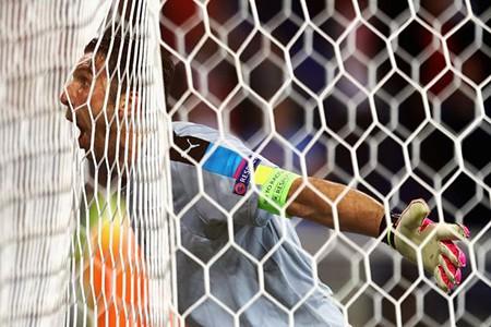 Buffon phấn khích đánh đu xà ngang và cú ngã đau điếng - ảnh 6