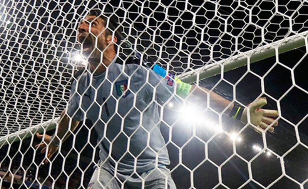 Buffon phấn khích đánh đu xà ngang và cú ngã đau điếng - ảnh 7