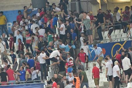 Nóng: Nga bị UEFA phạt nặng vì cổ động viên làm loạn - ảnh 3