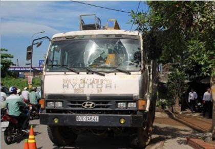 Hai chiếc xe cẩu công trình hầm chui tự trôi gây tai nạn - ảnh 1