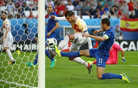 Ramos sút hỏng phạt đền, 'bò tót' mất ngôi đầu bảng - ảnh 1