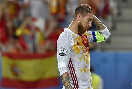 Ramos sút hỏng phạt đền, 'bò tót' mất ngôi đầu bảng - ảnh 2