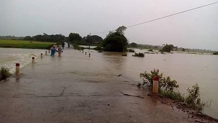 Áp thấp, huyện biên giới Ea Súp ngập sâu trong nước - ảnh 1