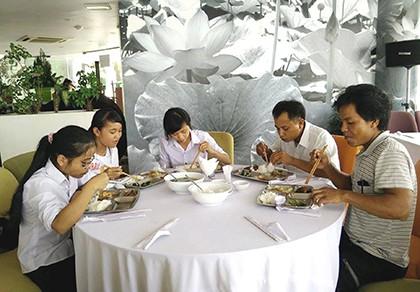 Thí sinh ăn trưa miễn phí trên sông Hương - ảnh 1