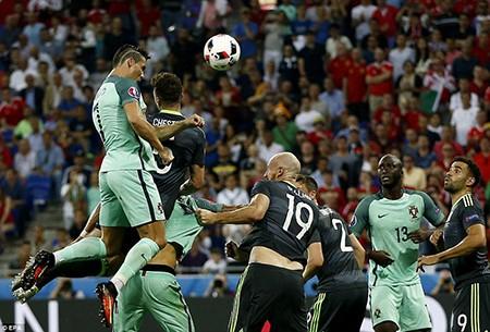 Tỏa sáng rực rỡ, Ronaldo đưa Bồ Đào Nha vào chung kết - ảnh 2