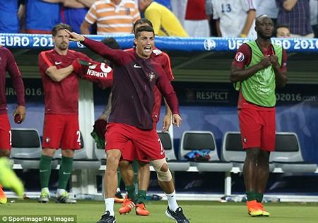 Ronaldo 3 lần bật khóc trong trận chung kết Euro 2016 - ảnh 17