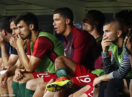 Ronaldo 3 lần bật khóc trong trận chung kết Euro 2016 - ảnh 13