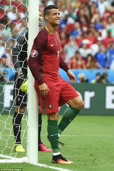 Ronaldo 3 lần bật khóc trong trận chung kết Euro 2016 - ảnh 6