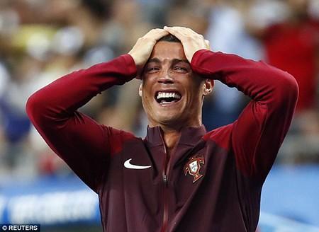 Ronaldo 3 lần bật khóc trong trận chung kết Euro 2016 - ảnh 21