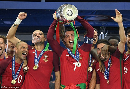 Ronaldo 3 lần bật khóc trong trận chung kết Euro 2016 - ảnh 24
