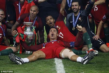 Ronaldo 3 lần bật khóc trong trận chung kết Euro 2016 - ảnh 23