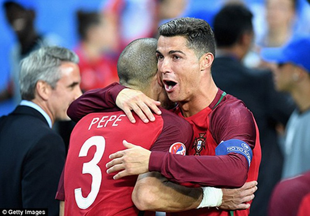 Ronaldo ôm Sir Alex tri ân trong ngày hạnh phúc nhất đời - ảnh 2