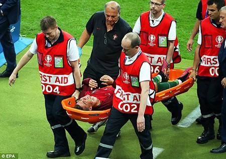 Ronaldo 3 lần bật khóc trong trận chung kết Euro 2016 - ảnh 11