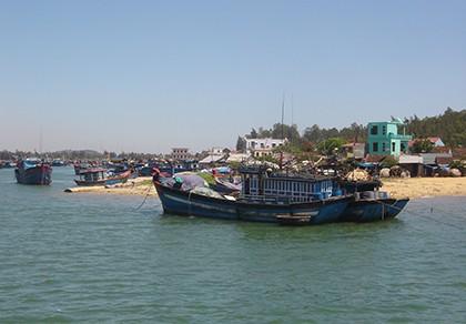 Vụ tàu cá bị đâm chìm: 5 ngư dân vẫn chưa về đất liền - ảnh 1