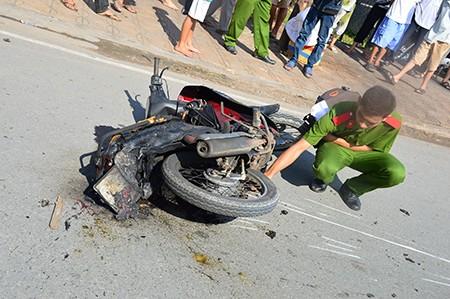 Xe khách đâm vào đuôi xe máy, 1 người chết, 2 người bị thương - ảnh 2