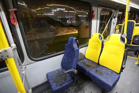 Sốc: Xe chở nhà báo tác nghiệp tại Olympic bị tấn công bằng súng - ảnh 4