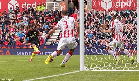 Thắng đậm Stoke City, Man City 'vượt mặt' M.U - ảnh 3