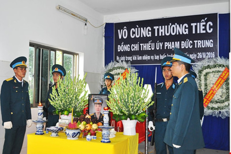 Chùm ảnh: Lễ viếng học viên phi công hy sinh do máy bay rơi ở Phú Yên - ảnh 1