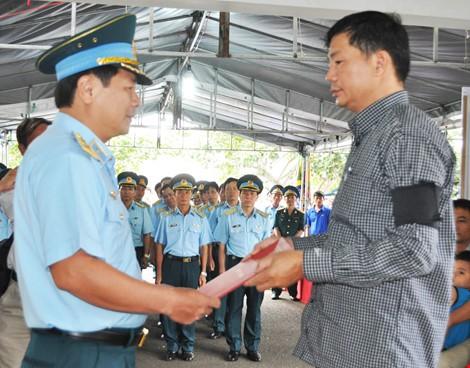 Chùm ảnh: Lễ viếng học viên phi công hy sinh do máy bay rơi ở Phú Yên - ảnh 2
