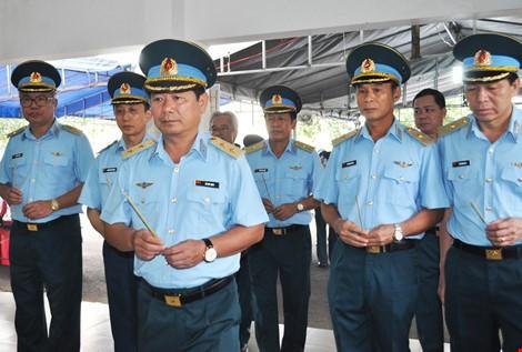 Chùm ảnh: Lễ viếng học viên phi công hy sinh do máy bay rơi ở Phú Yên - ảnh 7