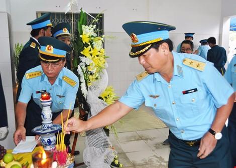 Chùm ảnh: Lễ viếng học viên phi công hy sinh do máy bay rơi ở Phú Yên - ảnh 9