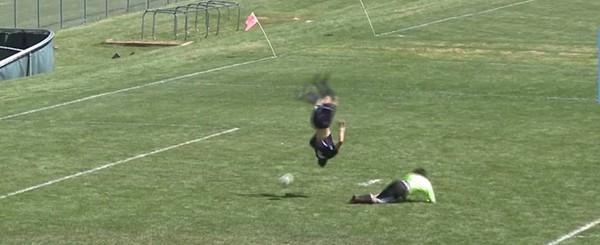 Hài hước: Nhào lộn ngoạn mục qua thủ môn rồi ghi bàn - ảnh 1