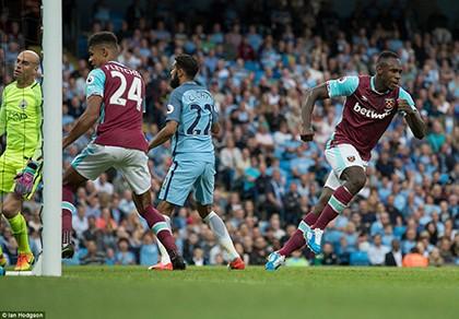 Sterling lập cú đúp, Man City lên đỉnh Premier League - ảnh 1