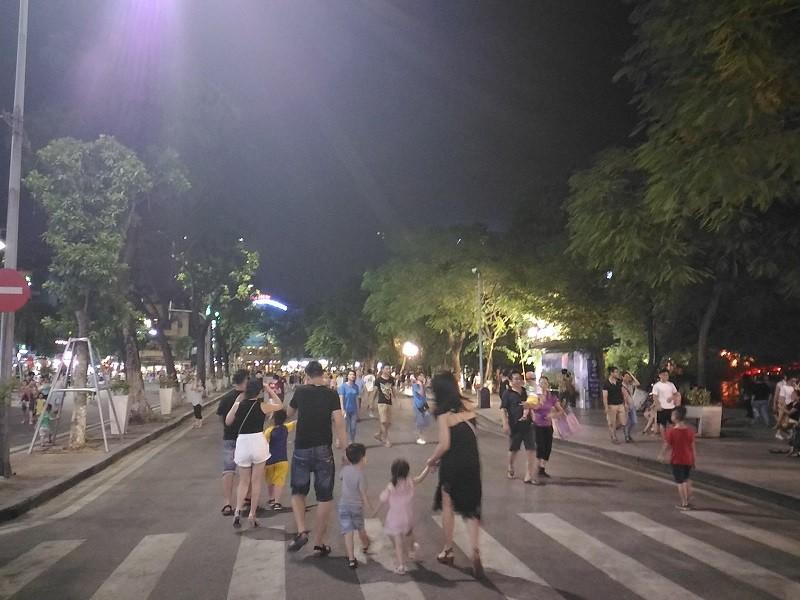 Chủ tịch Hà Nội dạo phố đi bộ, mua tò he tặng du khách - ảnh 4