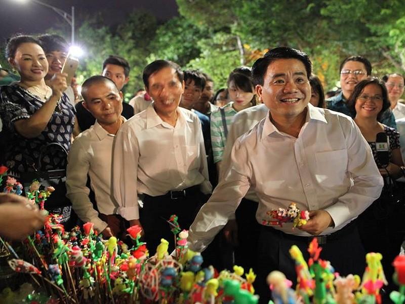 Chủ tịch Hà Nội dạo phố đi bộ, mua tò he tặng du khách - ảnh 1