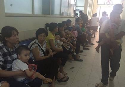 Thời tiết giao mùa, mỗi ngày gần 3.000 lượt trẻ vào bệnh viện - ảnh 2