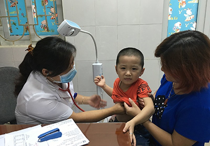 Thời tiết giao mùa, mỗi ngày gần 3.000 lượt trẻ vào bệnh viện - ảnh 1