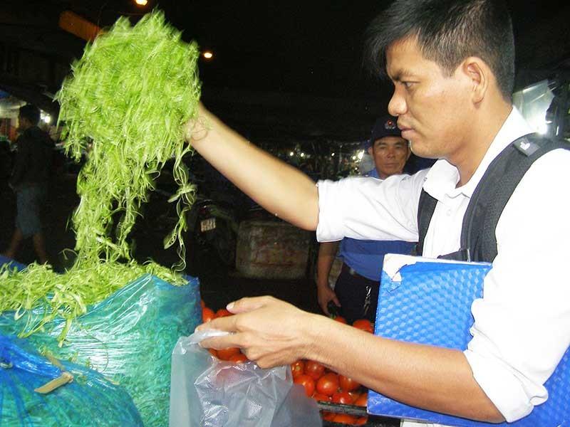 Truy tìm người ngâm rau muống bào với hóa chất độc - ảnh 1