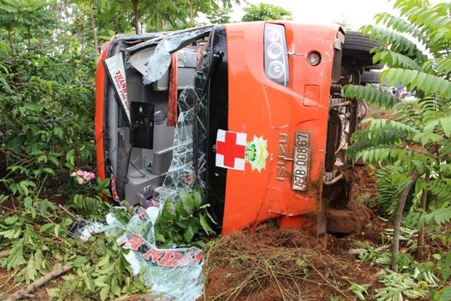 Hai xe khách tông nhau, 15 người bị thương - ảnh 1