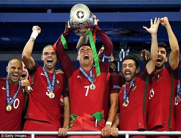 Sốc:Cặp sao Arsenal không được đề cử Quả bóng vàng 2016 - ảnh 4