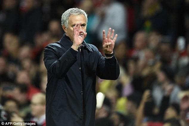 Mourinho chắp tay xin lỗi mong được CĐV MU tha thứ - ảnh 1