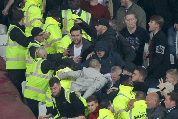 CĐV Chelsea và West Ham ẩu đả ngay trên sân - ảnh 3