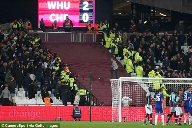 CĐV Chelsea và West Ham ẩu đả ngay trên sân - ảnh 10