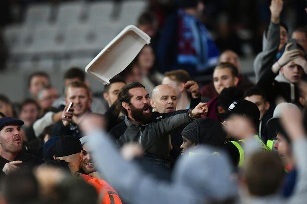 CĐV Chelsea và West Ham ẩu đả ngay trên sân - ảnh 2