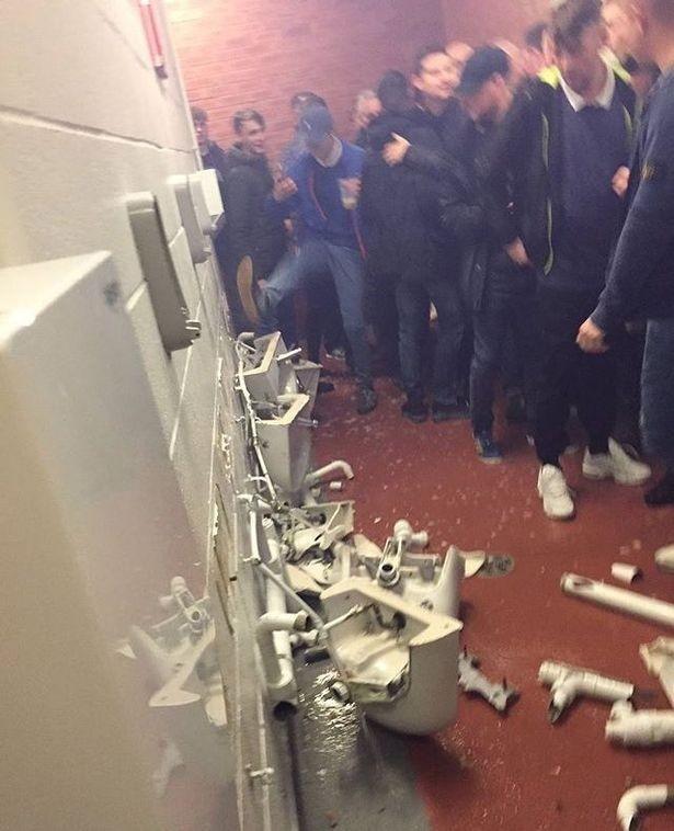 Fan Man City phá nát nhà vệ sinh của Man United - ảnh 1