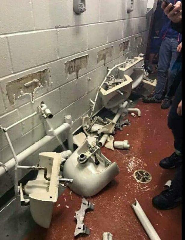 Fan Man City phá nát nhà vệ sinh của Man United - ảnh 2